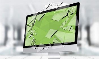 monitor komputera z potłuczonym ekranem