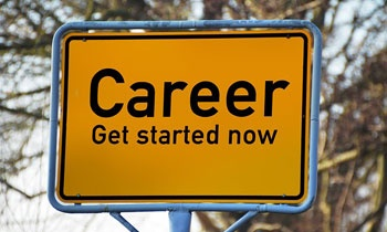 """Żółty, prostokątny znak drogowy z napisem """"Career - get started now"""""""