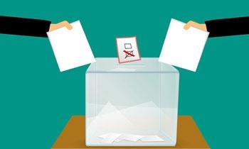 urna wyborcza do której wrzucane są dwie puste kartki